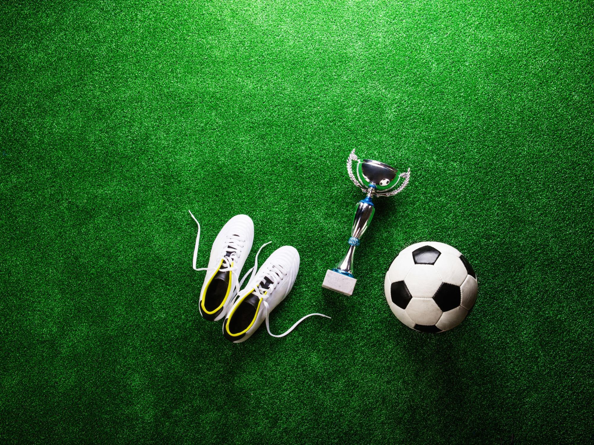 スパイクとトロフィーとサッカーボール